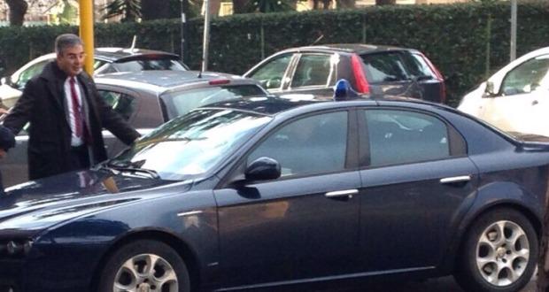 auto blu del presidente con lampeggainte